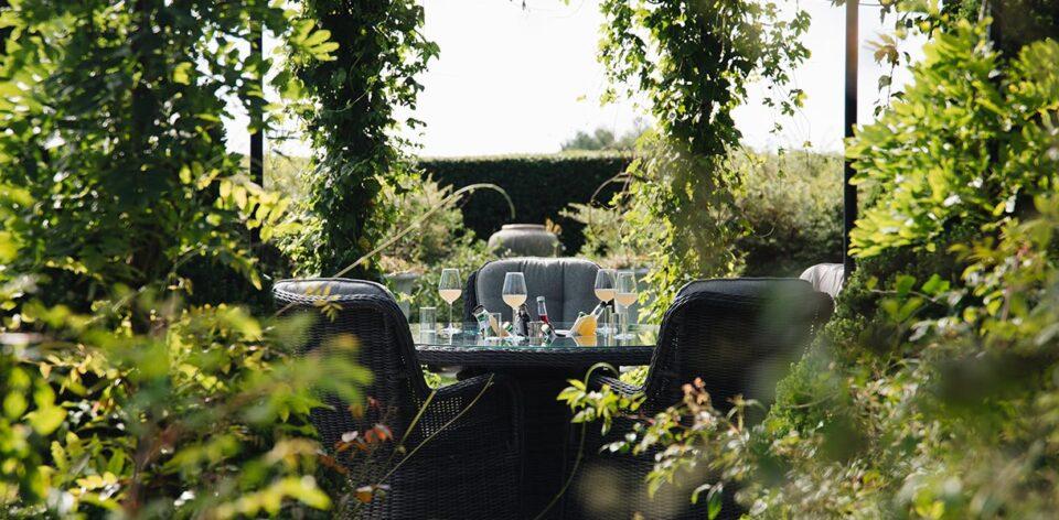 Flott og tradisjonell spisegruppe med rundt bord med dreieplate og ice bucket Stoler med høy rygg og god sittekomfort.