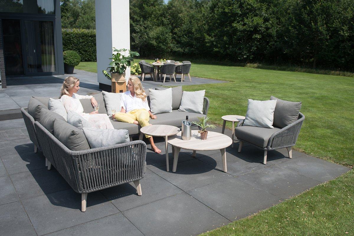To kvinner sitter i 4 seasons outdoor lounge-moduler