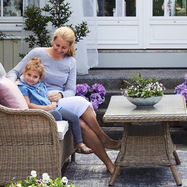 Liten og nett tradisjonell sofagruppe i naturfarget kunstrotting. God sittekomfort til å nyte lange sommerkvelder