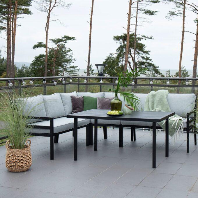 Sofabord Bergerac i sort matt aluminium på terrasse med belysning