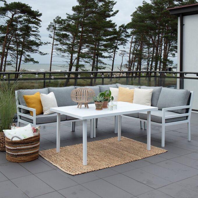 Sofabord Bergerac i matt hvit aluminium på terrasse med belysning
