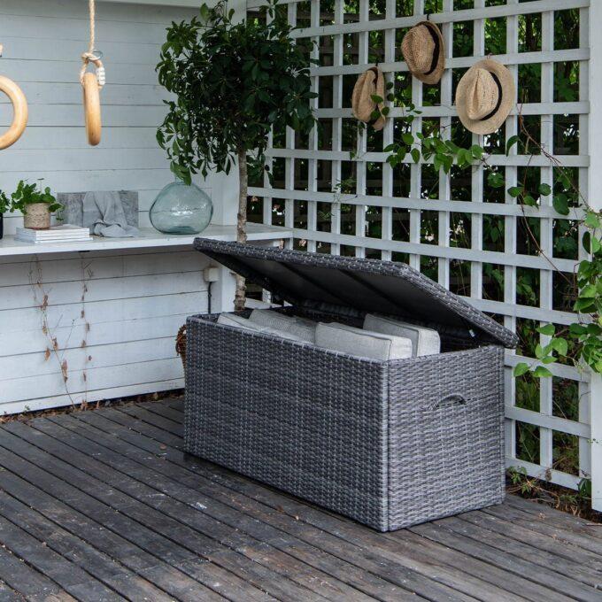 På jakt etter en praktisk putekasse til uteplassen? Hos oss i Hageland finner du fine putekasser til utendørs bruk.
