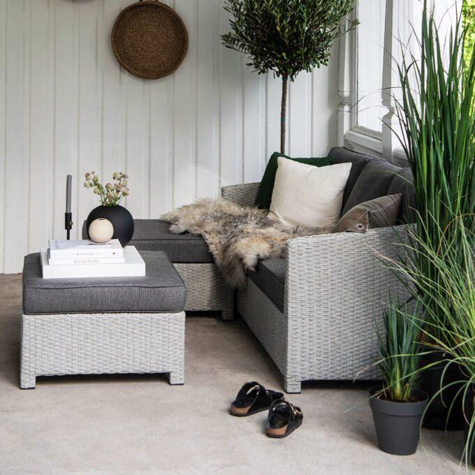 Sofagruppe Conmay i lysgrå kunstrotting på veranda