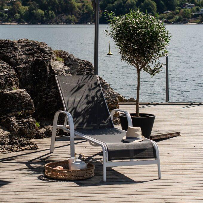 Solseng Creston hvit matt aluminium på solfylt terrasse ved havet