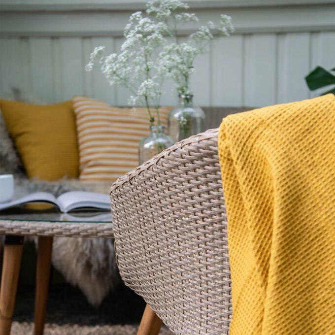 Nærbilde av sofagruppe Danvers i naturfarget kunstrotting