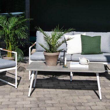 moderne sofagruppe i metall og lys grå puter