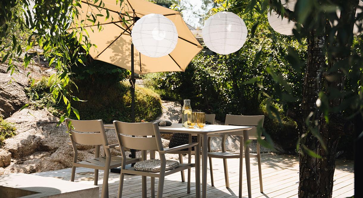En fin spisegruppe i aluminium i nydelig khaki farge. Her kan du også kombinere med andre farger på stolene, som burnt paprika og grønn