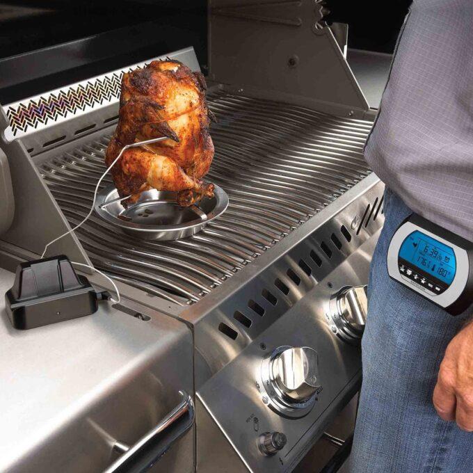 Digitalt trådløst Napoleon-termometer i bruk i hel kylling på grillen