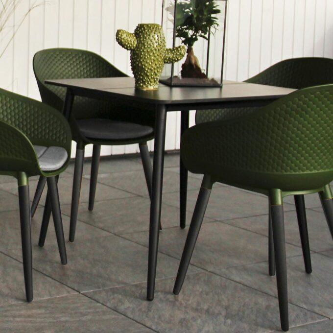 Nærbilde av spisebord Formosa 80x80 matt sort aluminium med spisestoler Pasa på uteplass