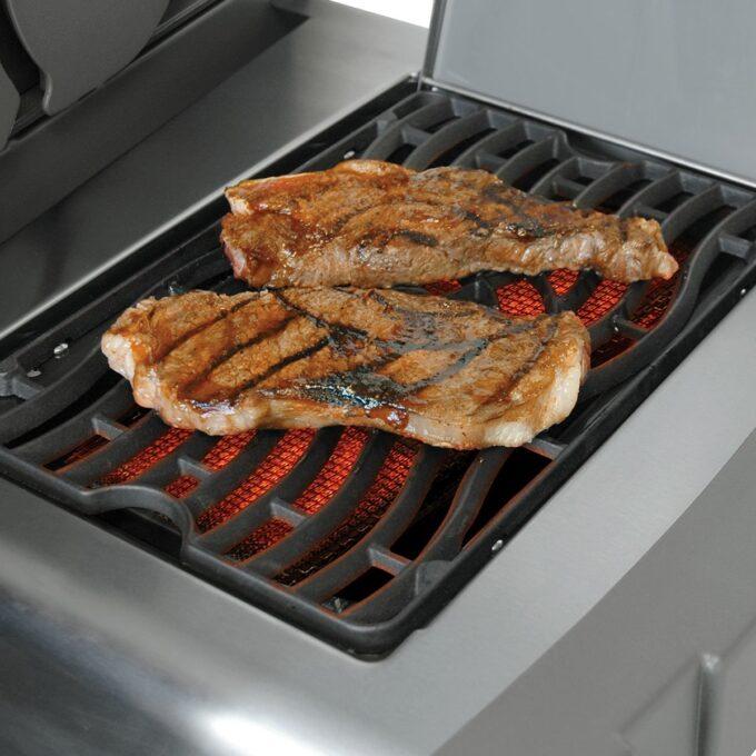 Grilling av saftige kjøttstykker på Napoleon gassgrill Rouge 425SB