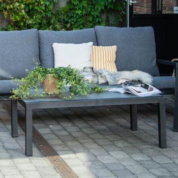 Bord Skylar 120x70 i matt sort aluminium med keramisk bordplate på terrasse