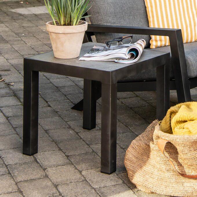 Sidebord i matt sort aluminium. Bord med keramisk topp.
