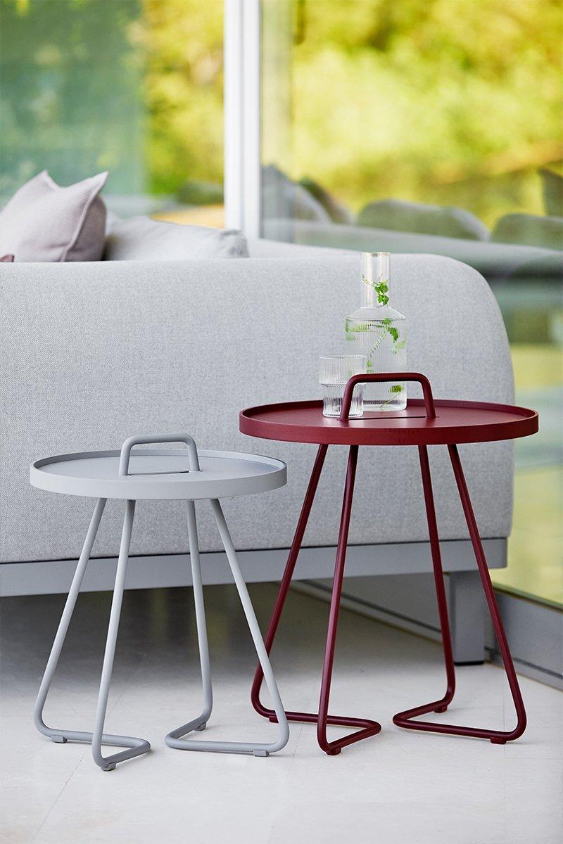 To små runde bord fra Cane-Line, ved siden av hagesofa