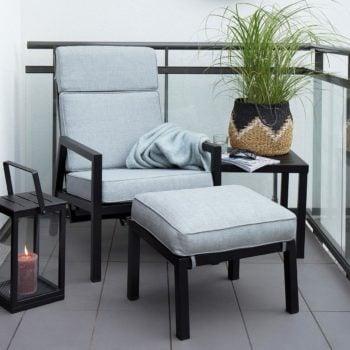 Hagestole og fotpall Belfort i sort matt aluminium med lykt og sidebord på terrasse
