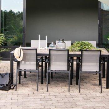 Stablestol Dakota og spisebord i sort matt aluminium på uteplass