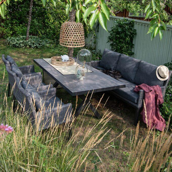 Spisesofa og spisestoler Hammel i grå kunstrotting og spisebord Hammel med keramisk topp