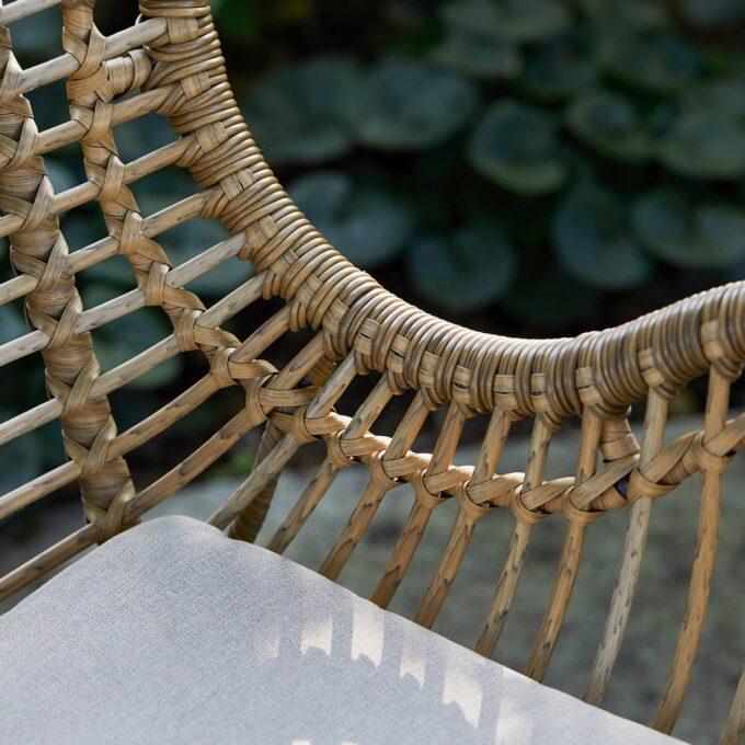 Romantisk hvilestol Rigel med fotpall i naturfarget kunstrotting