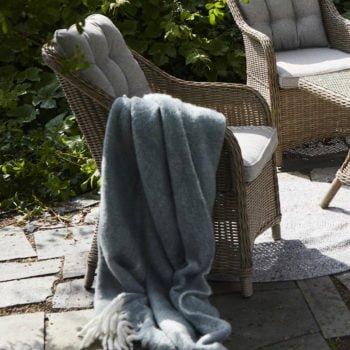 Deilig stol med god sittekomfort ii naturfarget kunstrotting. Kommer med beige puter i olefinstoff