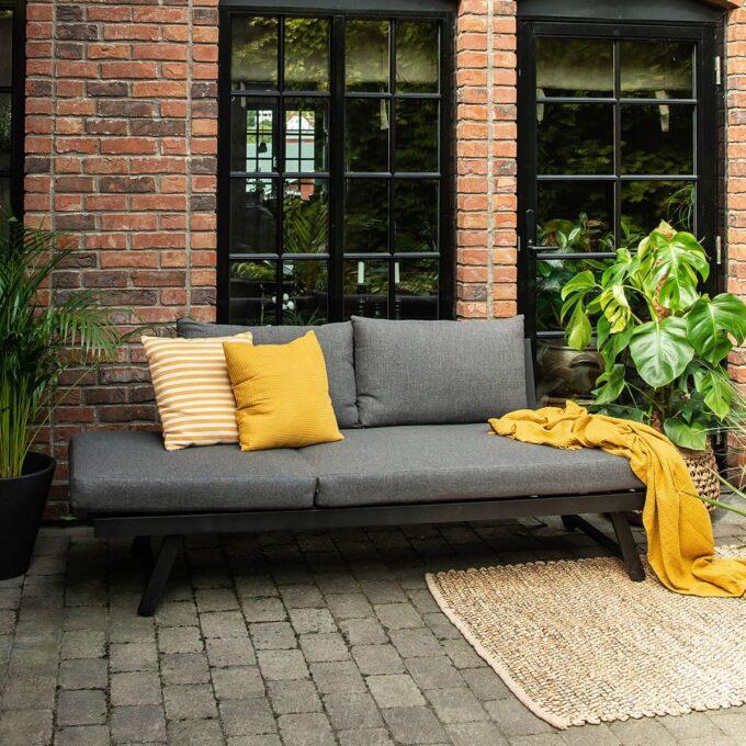 Solseng/Sofa Neo i sort matt aluminium med grønne planter i potter på terrasse