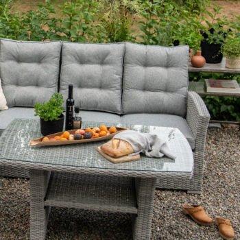 Lysgrå 3 seter i lysgrå tekstil og kunstrotting,med sofabord Nyborg