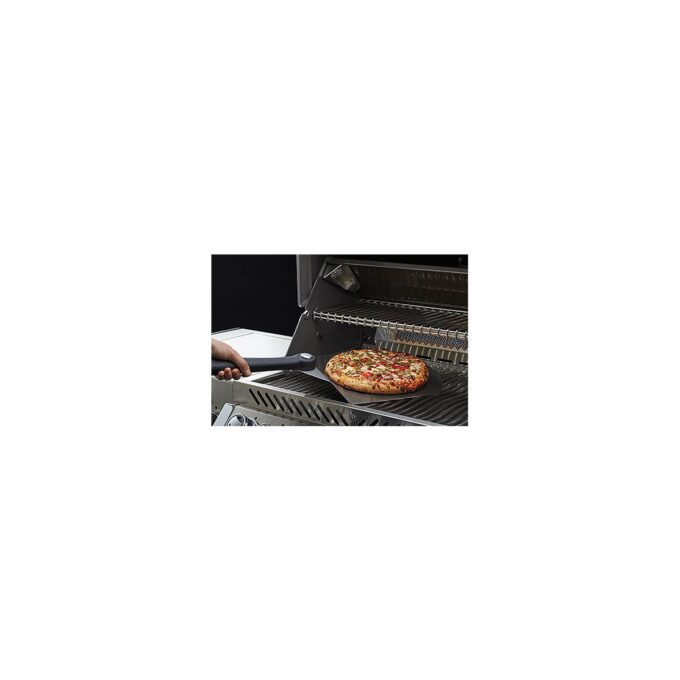 Pizzaspade Napoleon i bruk på grill - med pizza på