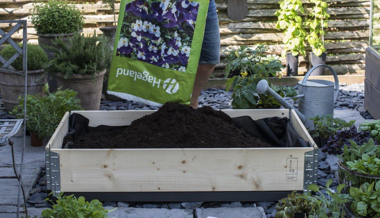 Pallekarm-plantekasse nesten full med Hageland-jord