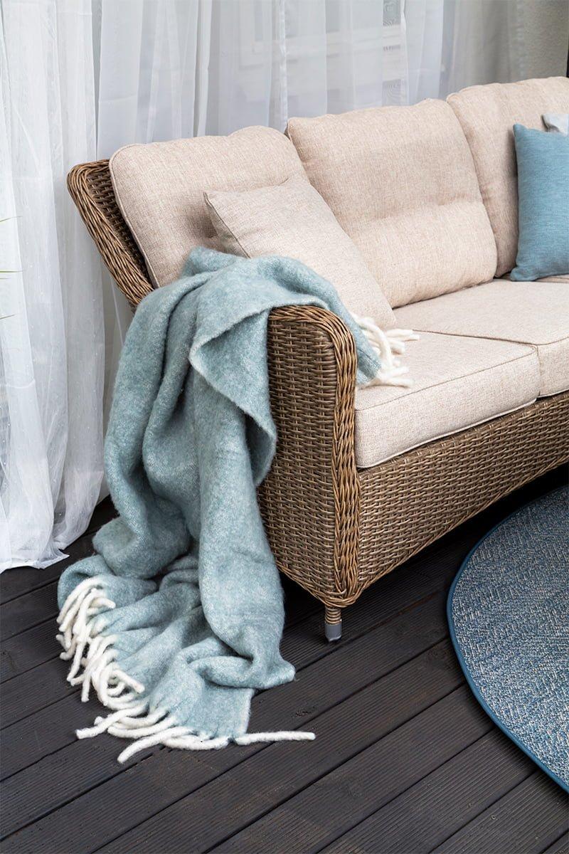 Hornbrook sofa i naturfarget kunstrotting med tydelige retroinnslag i form og design med fine detaljer.