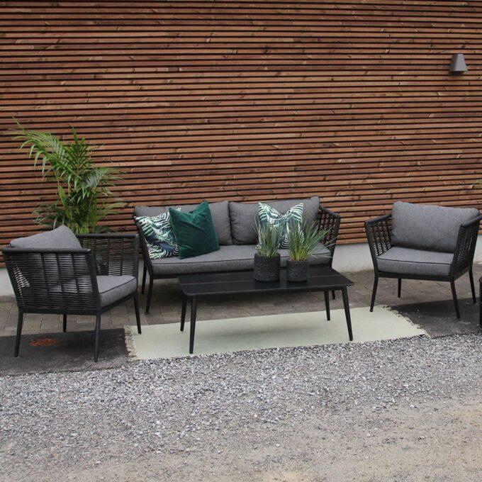 Sofagruppe Sacaba i sort aluminium med grønne planter i potter på uteplass
