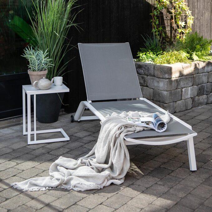 Solseng i matt hvit aluminium med grå textiline. Stilfull og enkel solseng i aluminium. Kommer både i hvit og sort.