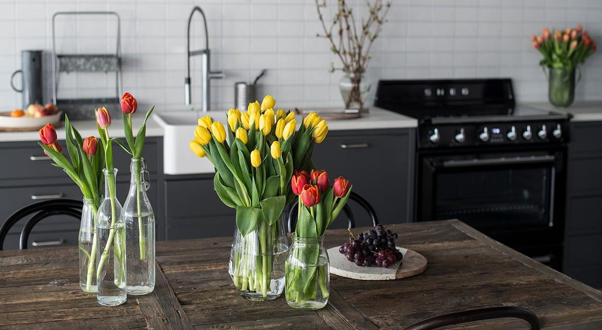 tulipaner gul rød på spisebord kjøkken