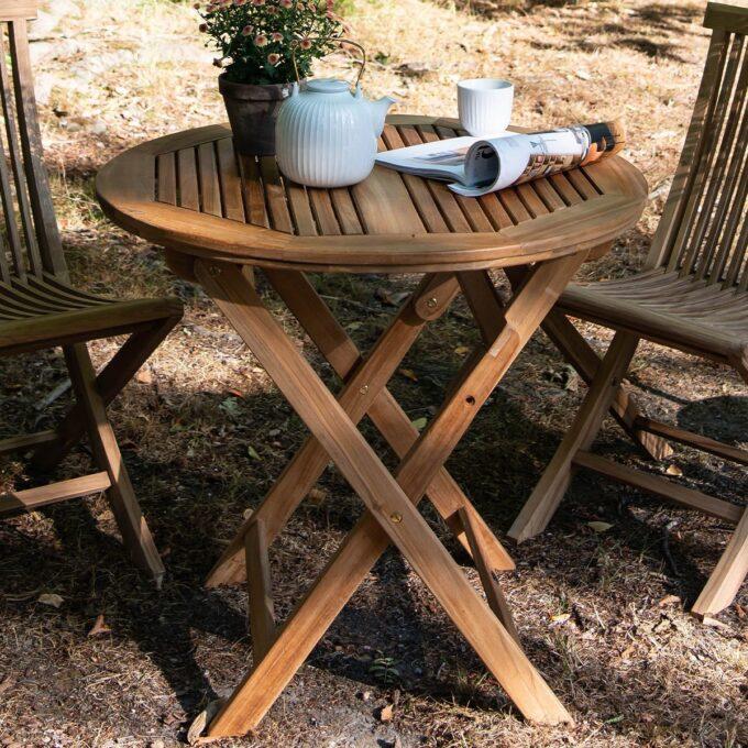 Klassisk lite rundt bord i teak, passer fint både på terrassen og i hagen. Bordet er sammenleggbart