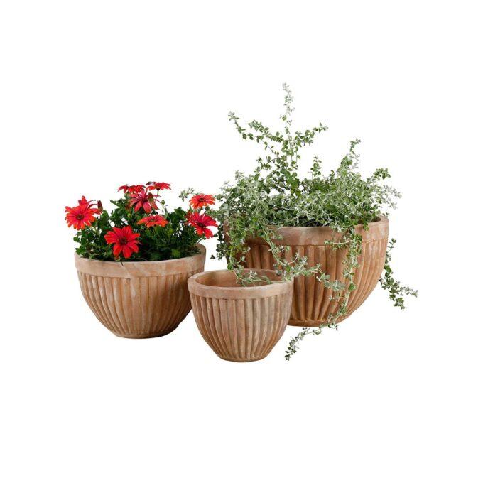Genova utepotter i naturfarger, her med planter