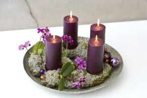 Adventskrans med reinsdyrmose og mini orkideer i grå og lilla toner