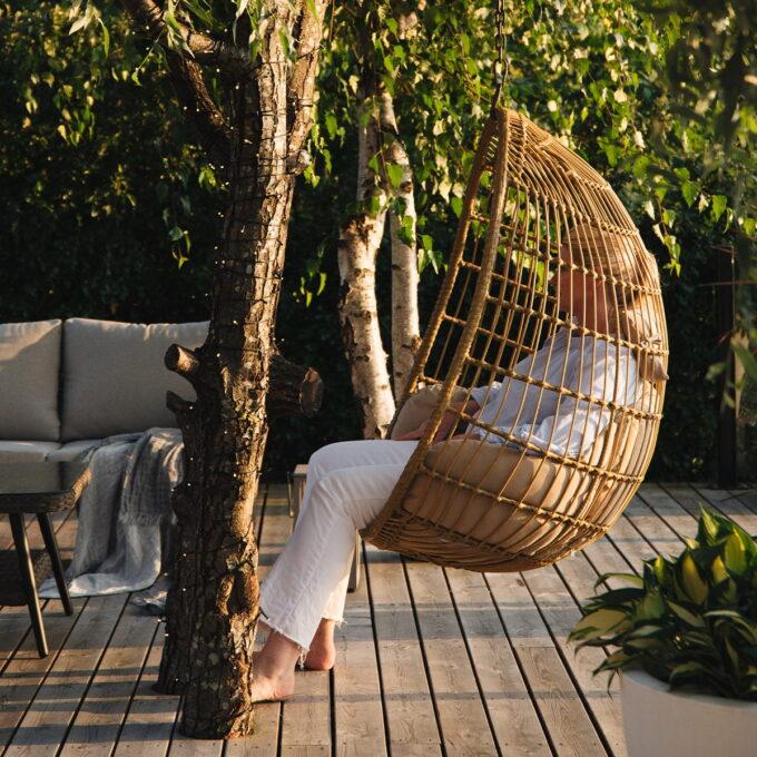 Nyt deilige og avslappende sommerdager i denne hengestolen. Hengestol utendørs i naturfarget kunstrotting og aluminumsramme.