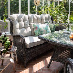Sofa med nydelig sittekomfort. Kommer med puter i olefinstoff