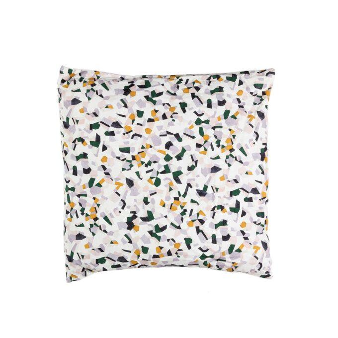 Hvit pute med grønn, gul og grå mønster