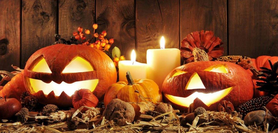 Pynt til Halloween med gresskar, bær, frukt og lykter
