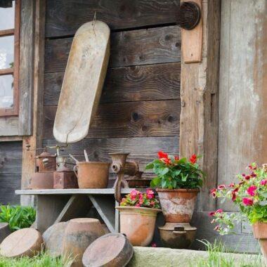 Krukker, potteplanter utenfør hytte