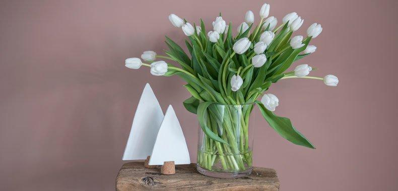 Hvit tulipanbukett i en vase
