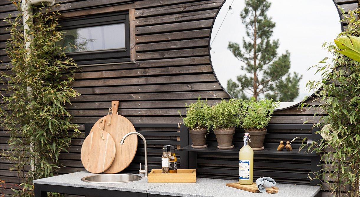 Utekjøkken med kryddeplanter, speil og skjærefjøl