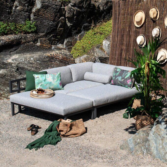Gonesse byggbar loungegruppe i grå. Den består av en bakdel med hjørneløsning og to løse identiske 2-seter deler