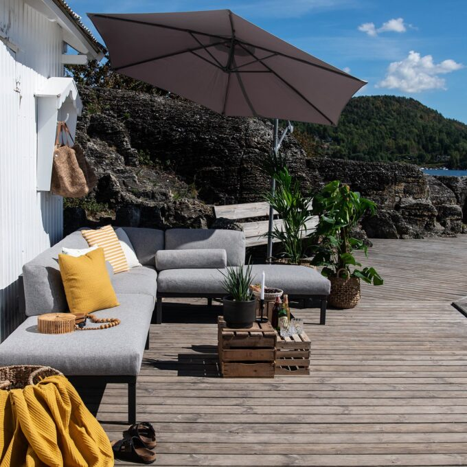 Komfort i uterommet - Gonesse utemøbler med pute og pledd.