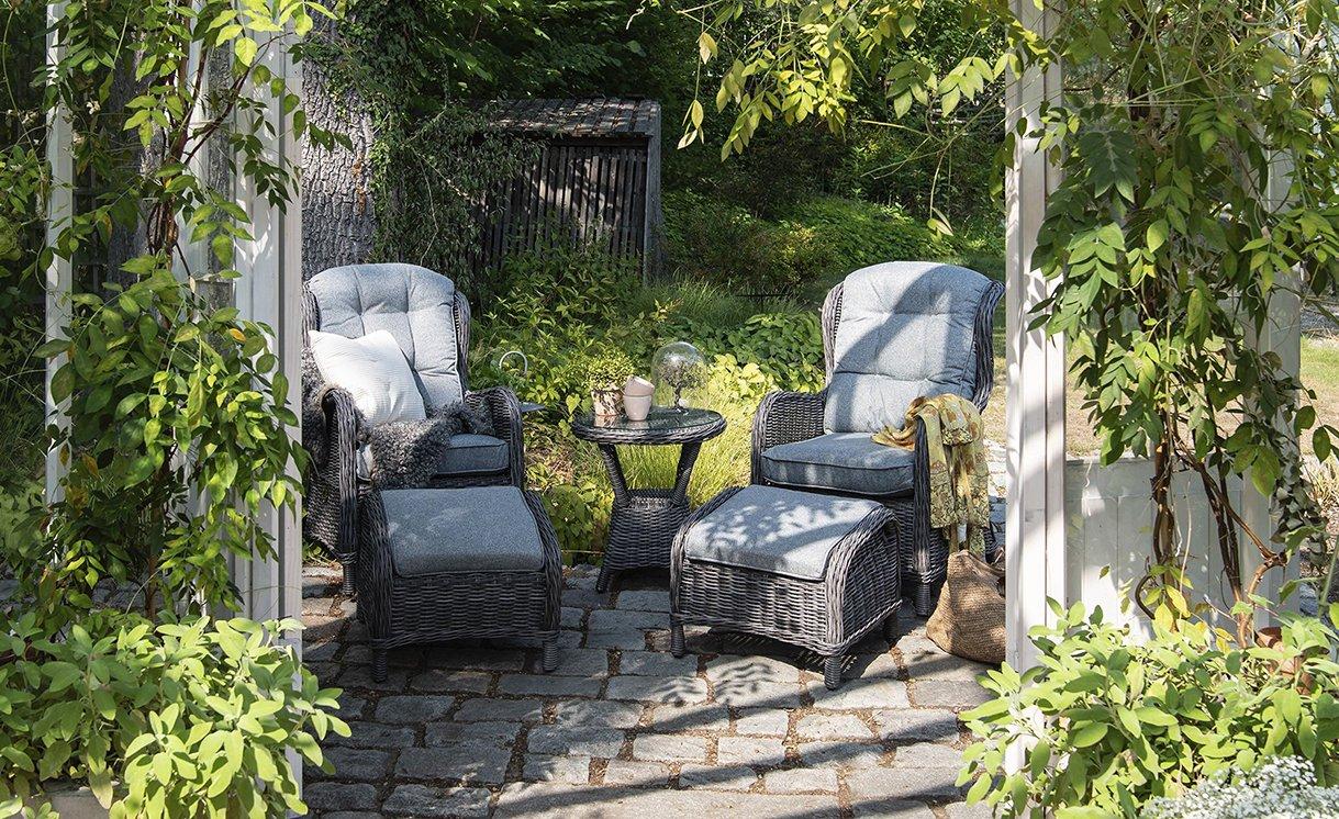Hageland-haslev-recliner-sett-2-stoler2-fotpaller-sidebord-Anthrazite-rund-halvrund-flett-med-Lys-graa-puter-4