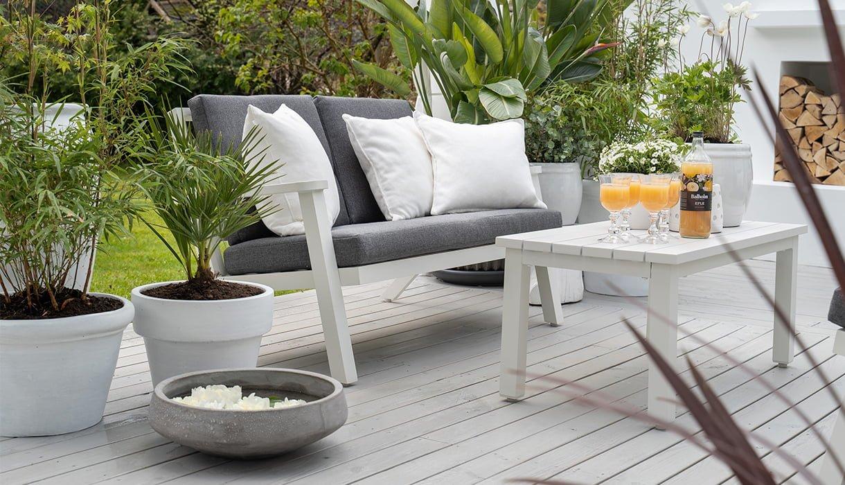 Praktiske sittegrupper i i matt hvit aluminium, laid-back stilen