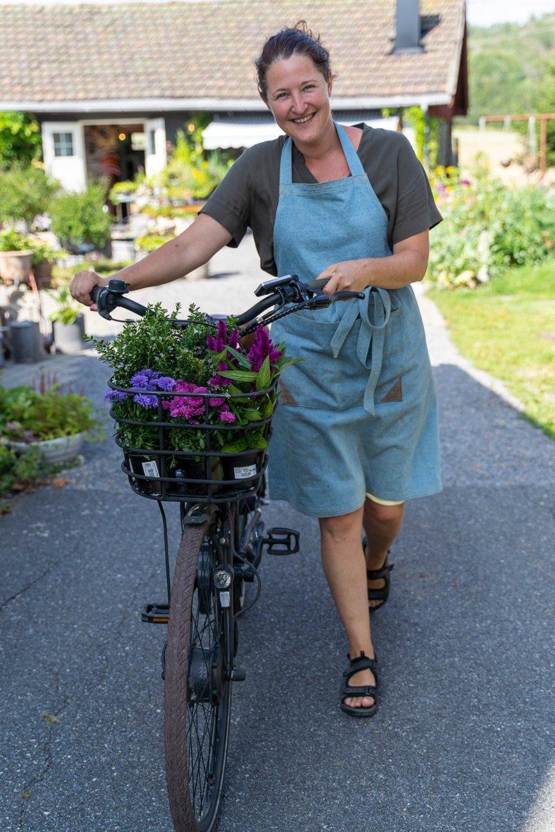 gartner triller sykkel med høstplanter i sykkelkurven