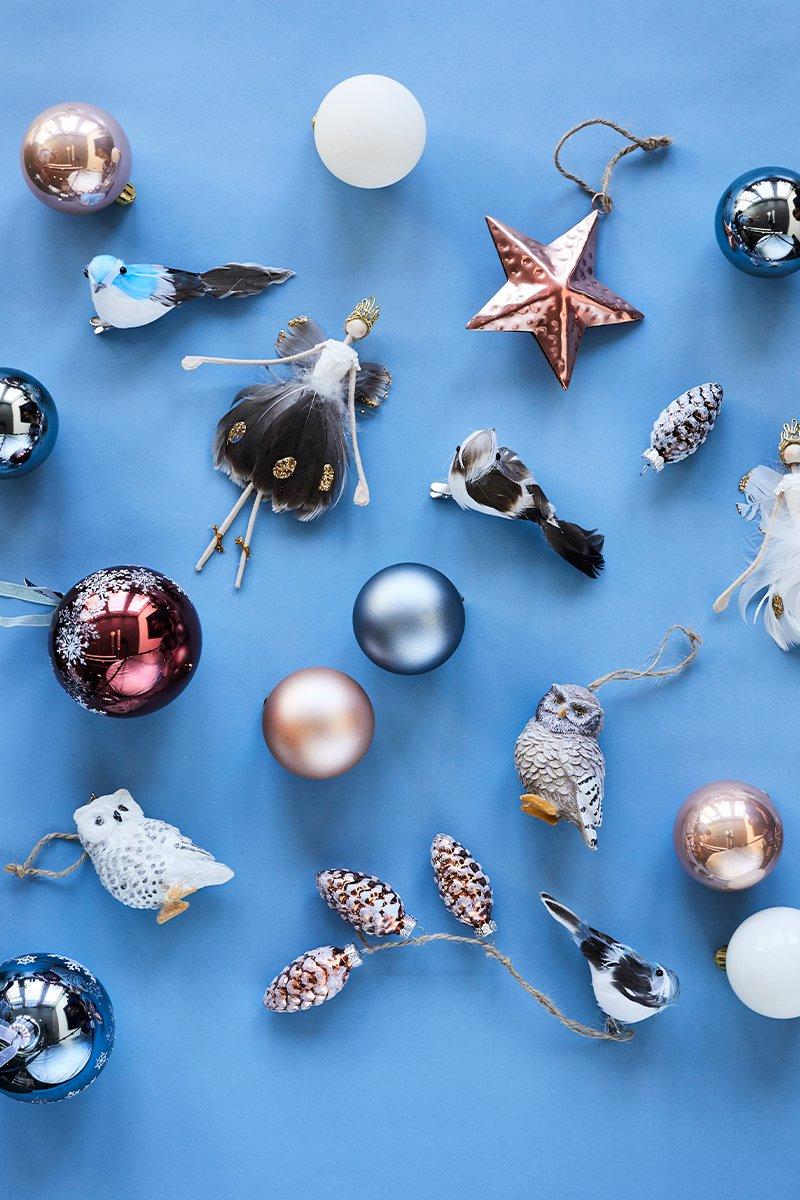 Masse forskjellig klassisk juletrepynt på blå bakgrunn