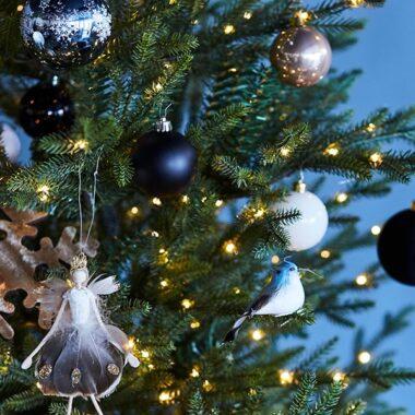 Nærbilde av juletre med sort, hvit og gull juletrepynt