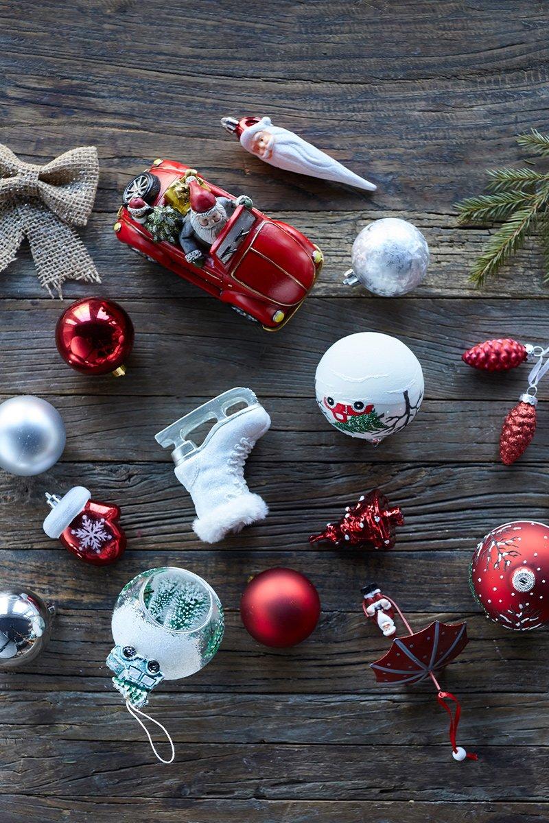 Masse forskjellig tradisjonell juletrepynt på trebakgrunn