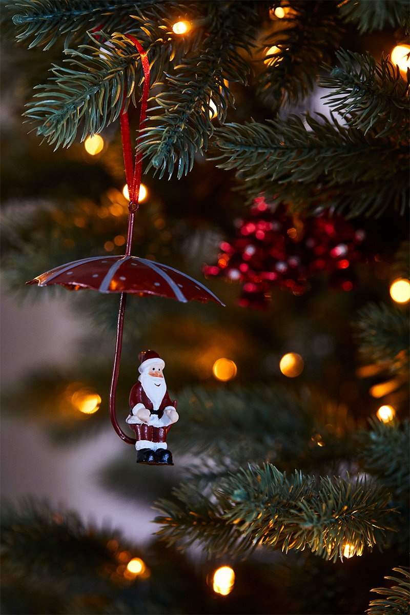 Liten nisse sittende på en paraply, juletrepynt