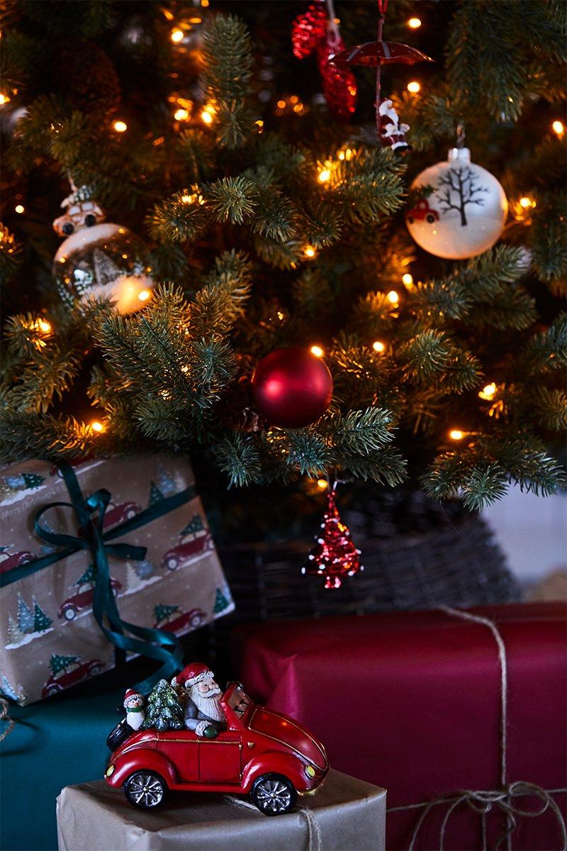 nærbilde av juletre med gaver under